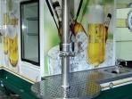 Piaggio Dreirad Ape: Zapf- und Musikanlage, Kühlzelle, etc.